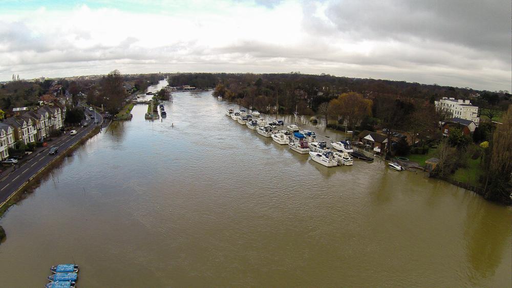 G0024144 River Thames Hampton Court